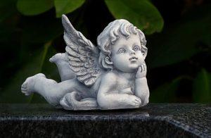 天使の像と葉っぱの写真