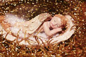 横たわっている天使の像の写真