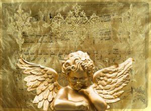 ゴールドに輝く天使の像の写真