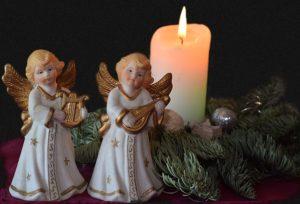 二体の天使の像とローソクの写真