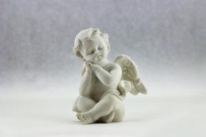 座っている白い天使の人形