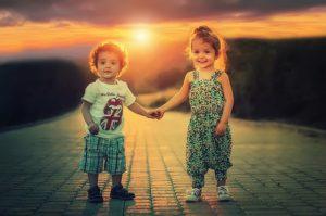 手をつないでいる男の子と女の子
