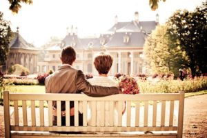 ベンチに座っている夫婦の写真