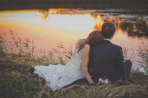 湖に座るカップルの写真