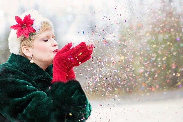 紙吹雪を吹き掛けている女性