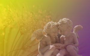 2体の天使の人形の写真