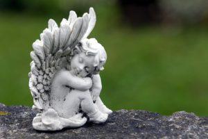 座っている天使の像の写真