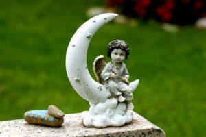 月と天使の像の写真