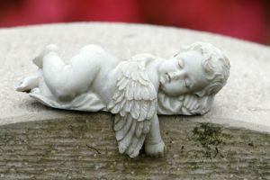 横になっている天使の像の写真