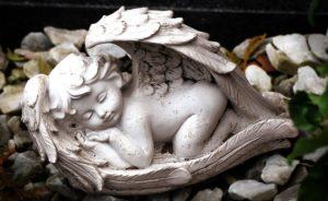眠っている天使の像の写真