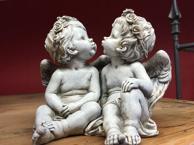 二体の天使の像の写真