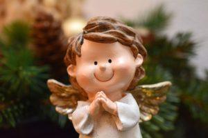 祈っている天使の像の写真