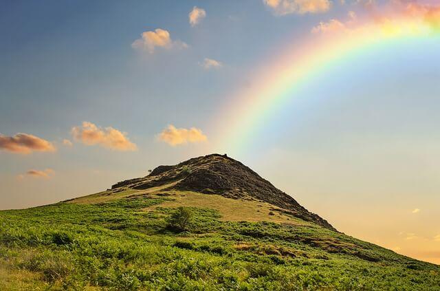 綺麗な虹と山の写真